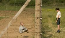Poika raidallisessa pyjamassa